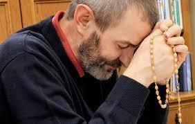 homem rezando