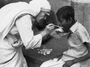 Madre Teresa sempre ajudou os pobres, doentes e carentes.